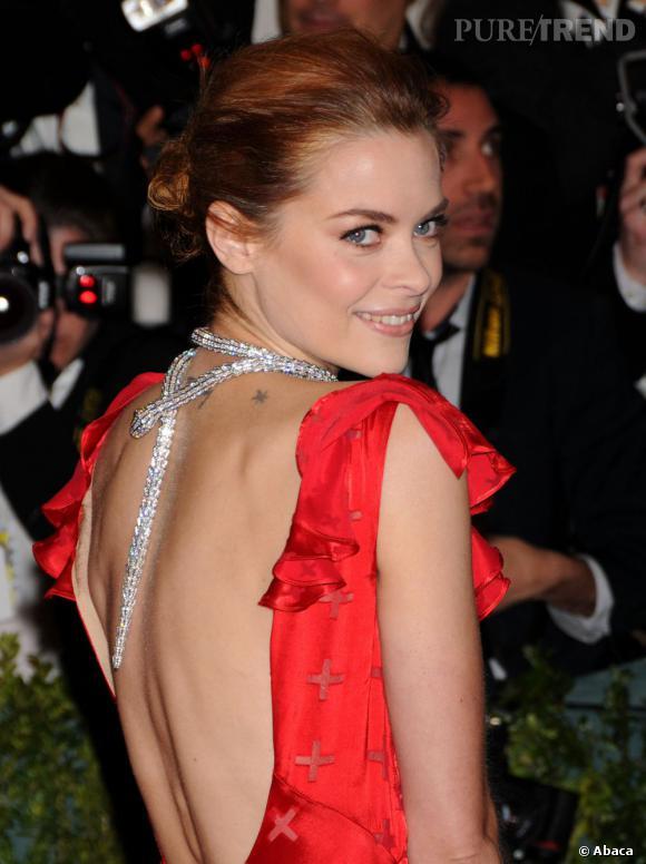Jaime King ose le collier de dos ! Avec ce serpent Bulgari, la star a brillé au Met Ball 2012