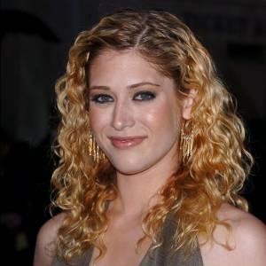 Permanente d'un blond douteux, trop de blush, visage brillant et robe aguicheuse : heureusement que Lizzy Caplan n'a pas continué dans cette voie !
