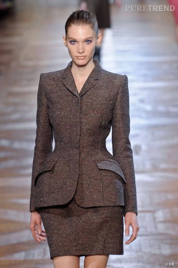 Une veste avec une taille particulièrement marquée, si possible avec une basque. Quand la Haute Couture investit le prêt-à-porter...  Défilé Stella McCartney Automne-Hiver 2012-2013