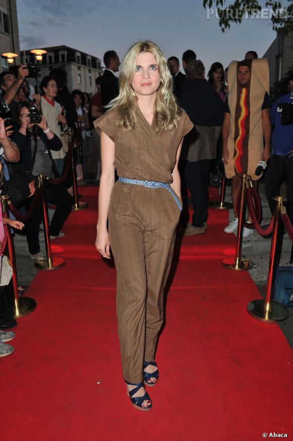"""L'actrice de """"Comme des frères"""" nous charme dans sa combinaison pantalon."""