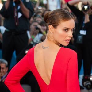 La robe est simple mais révèle la jolie chute de reins de l'actrice