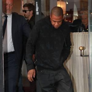 Jay-Z mise sur le noir pour mieux faire ressortir ses Jordan.
