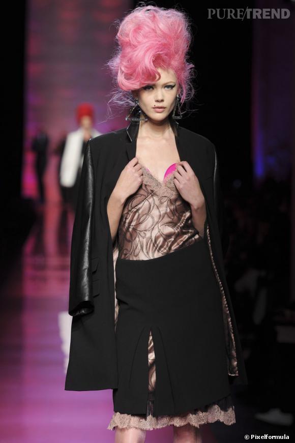 Les cheveux roses s'invitent sur les podiums. Bientôt sur nos têtes ? Encore faut-il franchir le cap. Ici au défilé Haute Couture Jean Paul Gaultier Printemps-été 2012.