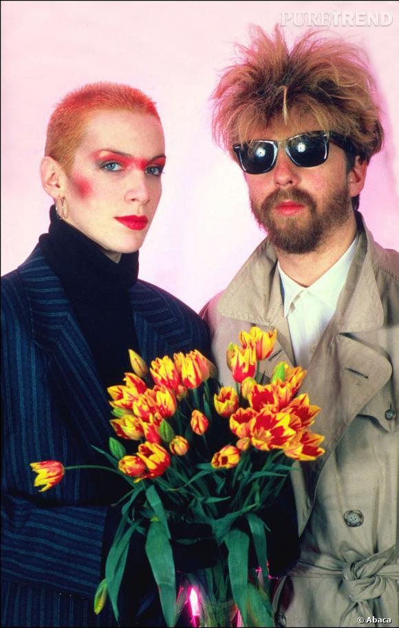 Annie Lennox, une fan du style 80's : make up coloré et cheveux courts rouges.