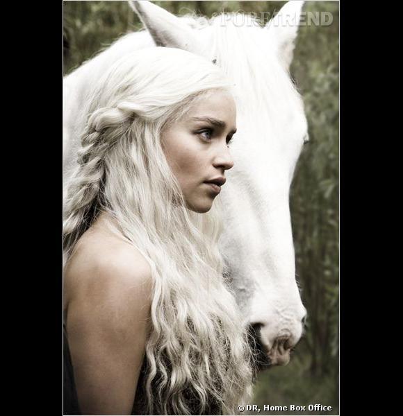 Brunette à la vie, Emilia Clarke devient blonde platine pour les besoins de la série.