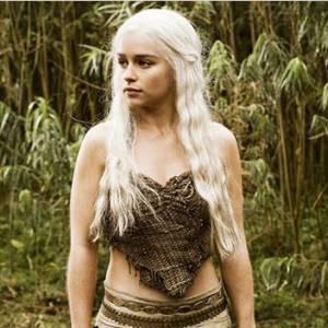 """Emilia Clarke, héroïne sexy et mystérieuse de la série à succès """"Game of Thrones""""."""