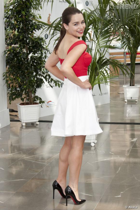 Emilia Clarke joue les pin-ups avec son top à armatures et ses escarpins Christian Louboutin.