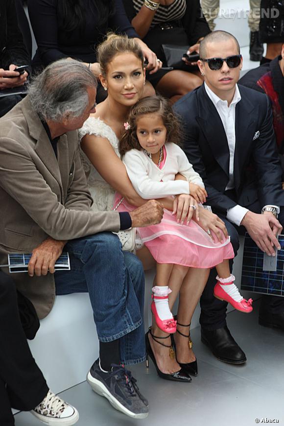 Jennifer Lopez, maman radieuse en front row du défilé avec sa petite Emme et son boyfriend Casper Smart.