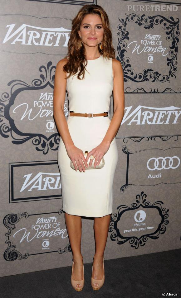 Maria Menounos fait simple, avec une robe blanche ceinturée de cuir.