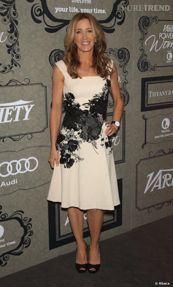 Feliity Huffman, magnifique dans sa robe crème et noire.