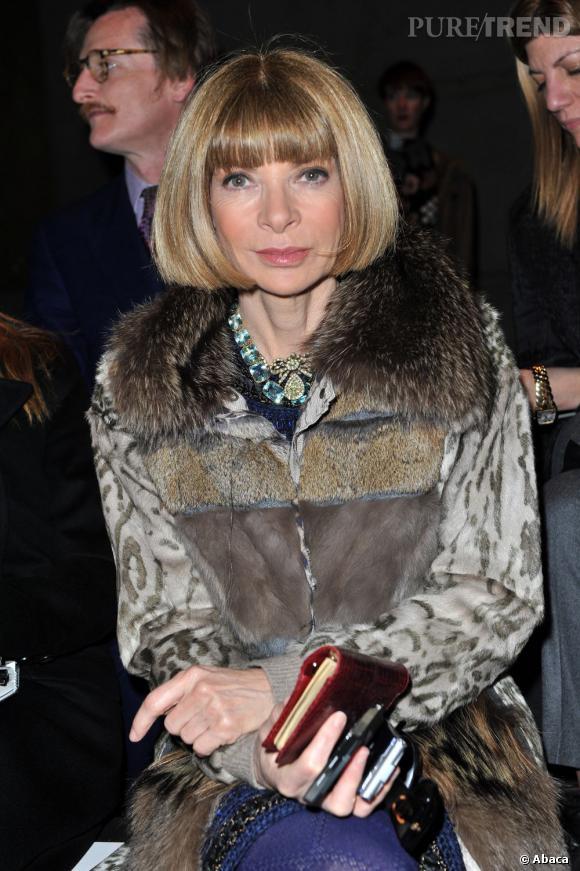 Anna Wintour, la grande prêtresse de la mode a également fait de la frange casque sa signature.