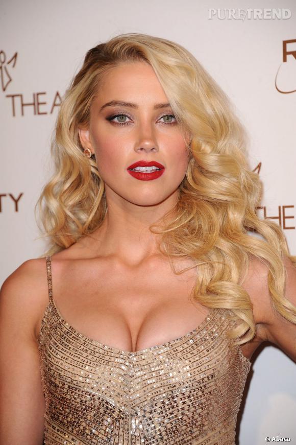 Ultra glamour avec sa bouche rouge, la jolie blonde Amber Heard se la joue même femme fatale.
