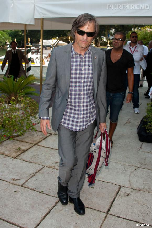 La chemise vichy sous le costume gris ? Même pas peur ! Côté accessoire, l'acteur ose même le sac ethnique.