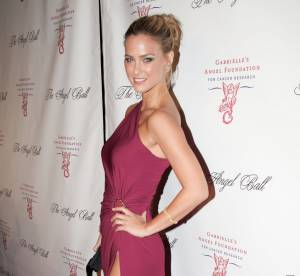 Bar Refaeli : son show sexy n'en finit plus au Angel Ball 2012