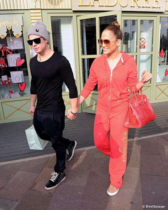 Jennifer Lopez et Casper, elle en total look rouge, lui en noir.