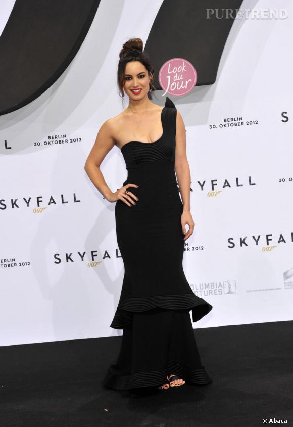 """Bérénice Marlohe prend la pose pour l'avant-première de """"Skyfall"""" à Berlin."""