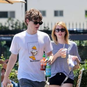 Avec sa copine Emma Roberts, il commence à être un peu plus modeux, à sa manière.