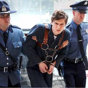 Enfermé dans un asile, Evan souffre en tournage.