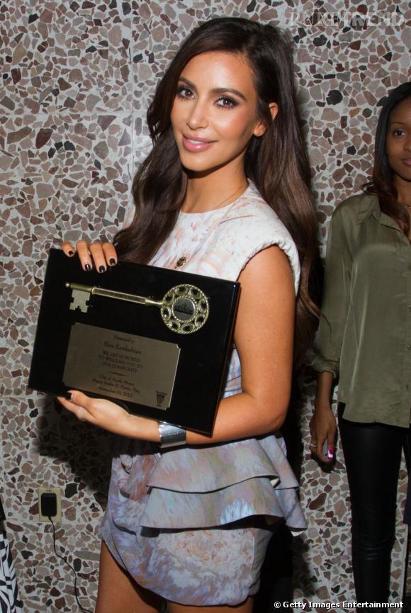 Kim Kardashian reçoit les clefs de Miami Nord.