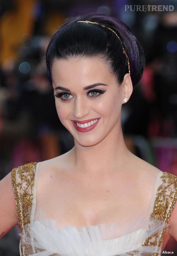 Katy Perry lance une nouvelle collection de faux cils pour les fêtes.