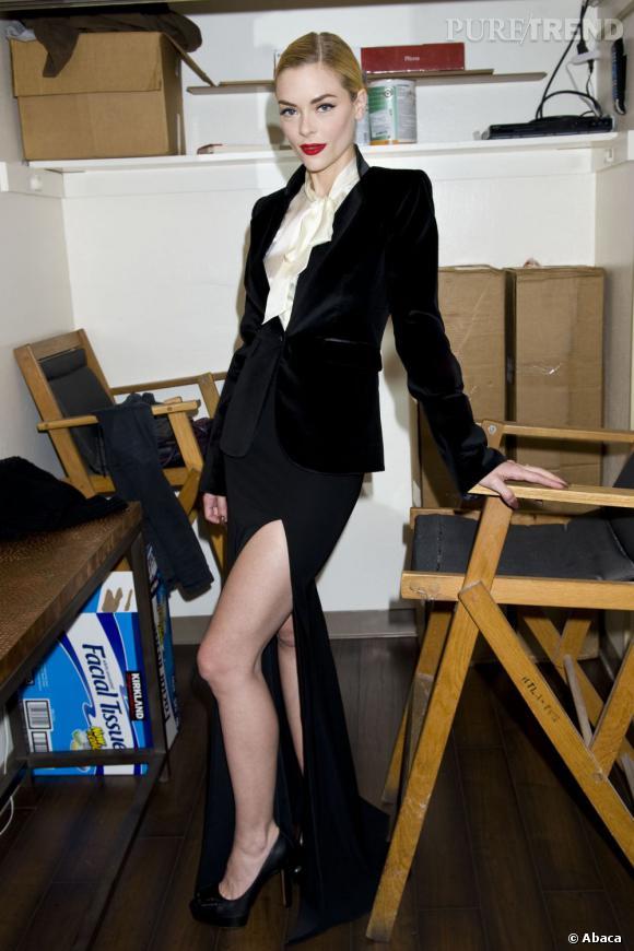 L'actrice mis sur une allure masculin-féminin avec une veste de smoking et une jupe longue fendue.