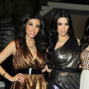 Kim et Kourtney Kardashian cette fois-ci décident de porter des robes lamées à la même soirée.