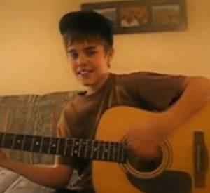 """Sur celle-ci, le jeune chanteur chante """"Cry Me A River"""" de Justin Timberlake."""