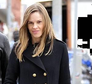 Hilary Swank ou le chic parisien en manteau officier... A shopper !