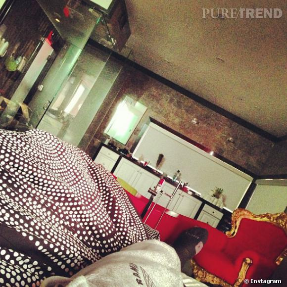 Chris Brown poste quelques minutes après la chanteuse une photo de ses jambes avec la même couette.