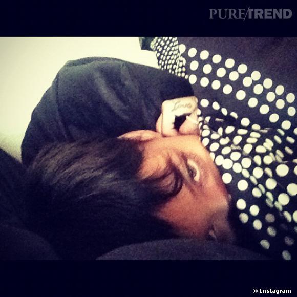 Rihanna poste une photo d'elle emmitouflée dans une couette noire à pois blancs sur Instagram le lendemain du réveillon.