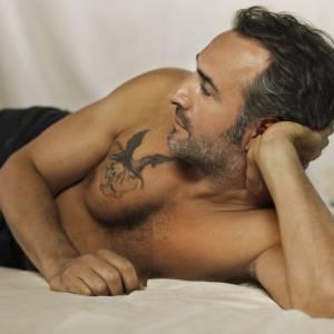 """Jean Dujardin délaisse un peu la comédie pour se transformer en bad boy tatoué dans """"Möbius""""."""