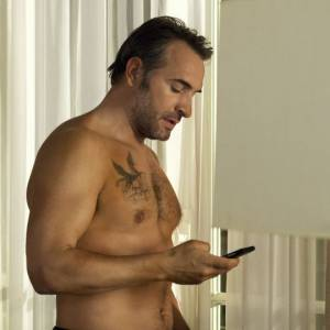 Les fans de Jean Dujardin apprécieront ses scènes torse nu et ses (faux) tatouages.