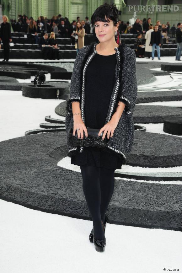 Lily Allen chez Chanel. Elle fait sensation dans une petite robe noire et une veste en tweed.