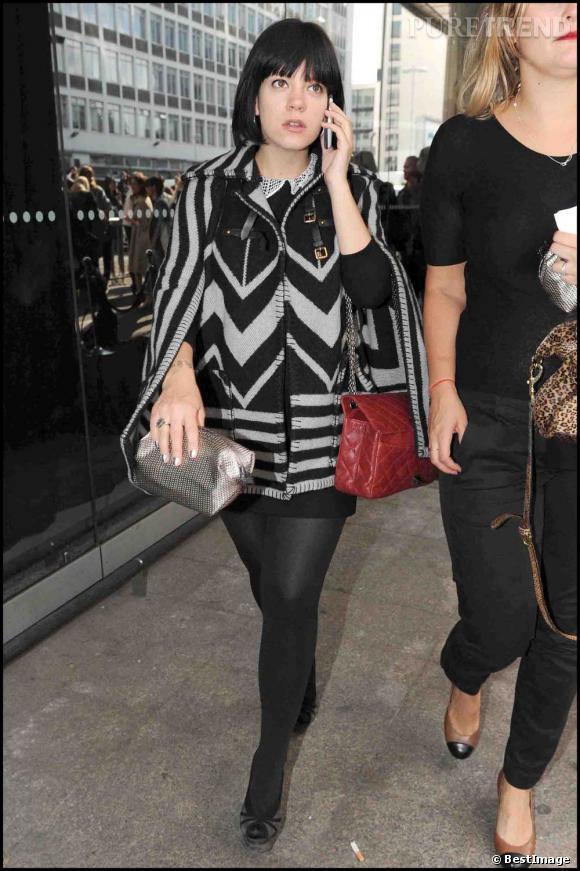 Lily Allen à la sortie du défilé Topshop en poncho Louis Vuitton.