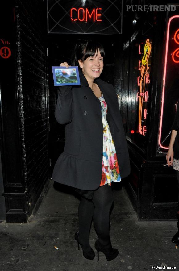 Lily Allen reste girly sur des talons hauts même enceinte !
