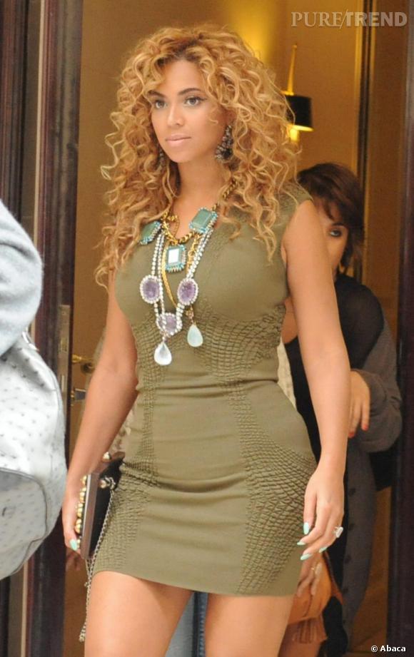Si elle est redevenue blonde, Beyoncé arbore ici une coiffure délicieusement bouclée style anglaises et très naturelle.