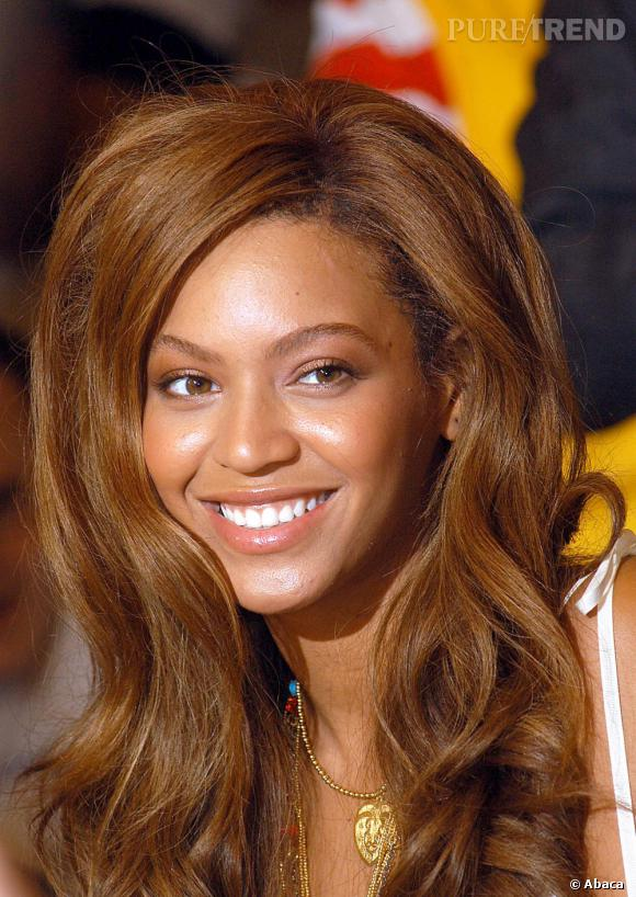 Si les cheveux volumineux sont plus glamour que les plats, ils nécessitent beaucoup de maîtrise dont manque Beyoncé redevenue presque rousse, en 2005.