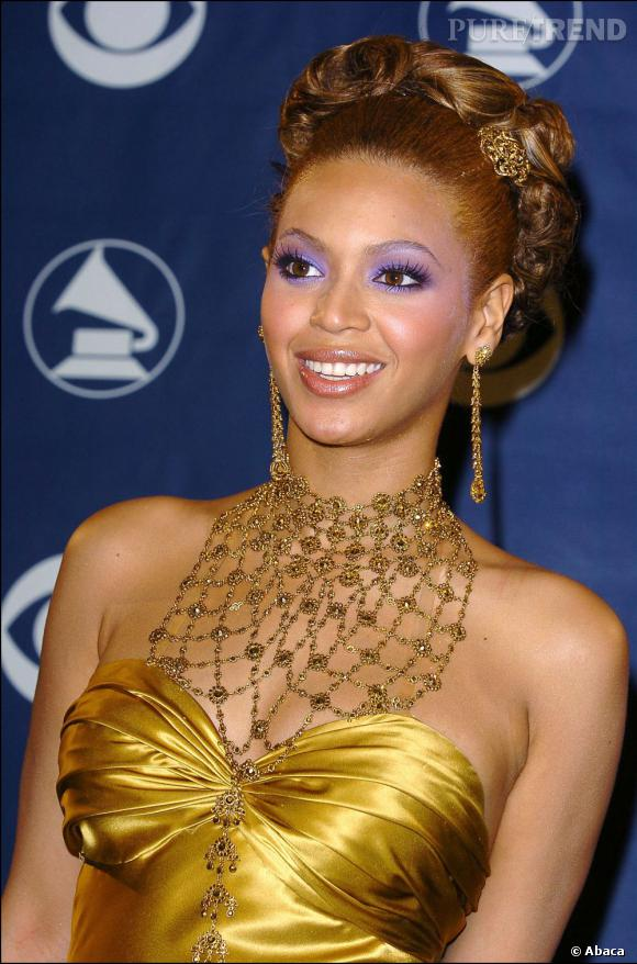 Beyoncé associe sa couleur de cheveux à sa robe : or. Avec le maquillage à outrance, le résultat est un peu too much.