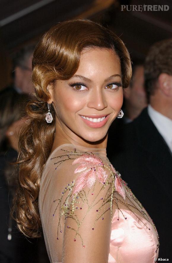 Adorablement crantés et regroupés en une queue de cheval basse, Beyoncé arbore une coiffure un peu rétro avec succès en 2006.