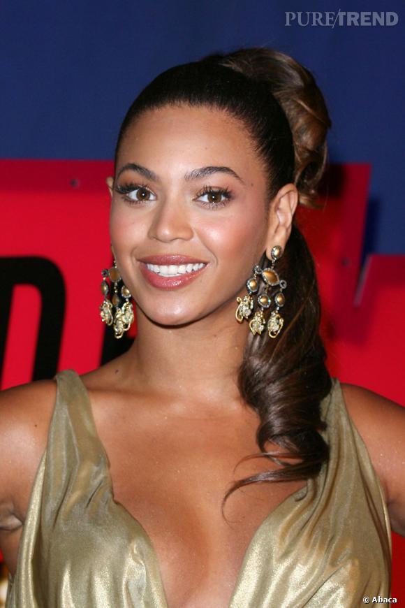 Beyoncé la joue Rome Antique avec cette coiffure mi-chignon, mi-queue de cheval.