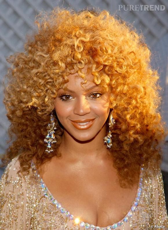 En 2002, elle arrête d'aller contre sa nature et prône le naturel, ou presque, avec un afro très 70's.