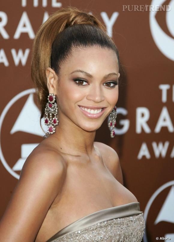 Beyoncé prouve que les cheveux noués en queue de cheval haute lui vont aussi à ravir.