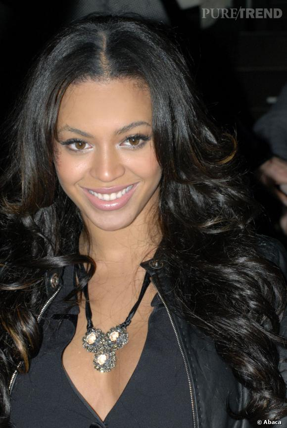 Avec son brushing wavy et sa couleur très sombre, Beyoncé semble avoir rajeunie.