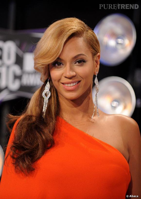 La queue de cheval crantée portée sur le côté de Beyoncé est le must de l'élégance. Un sans-faute.