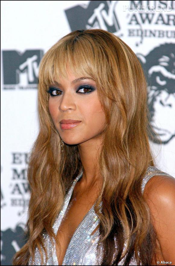 En 2003, Beyoncé succombe à la frange. Elle la choisit effilée sur cheveux légèrement ondulés.