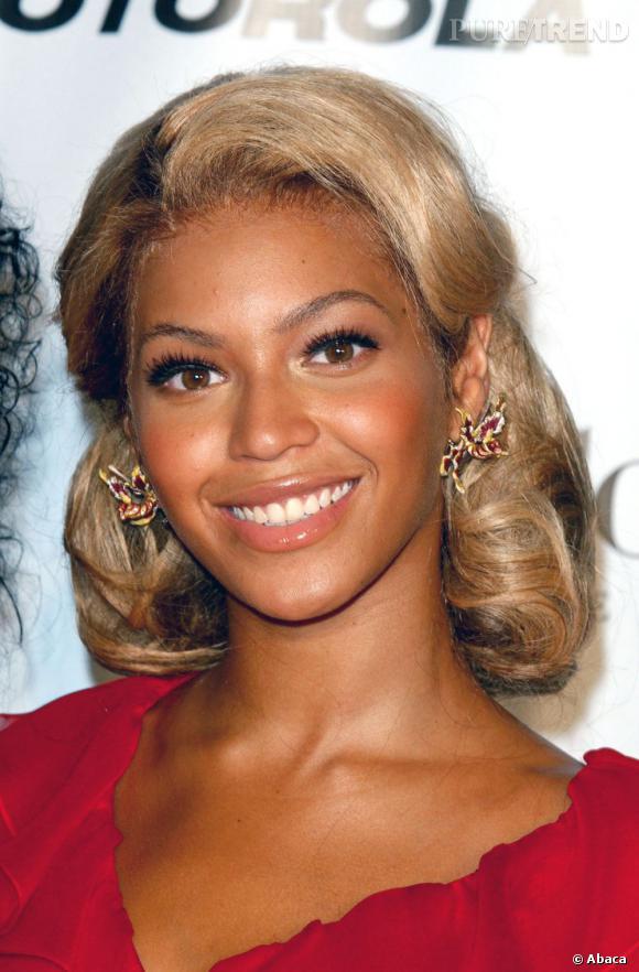 Beyoncé frôle la catastrophe capillaire avec ce blond passé, ses cheveux abîmés et un mauvais jeu de proportions sur ce chignon. Dommage.