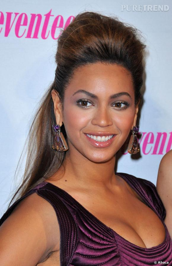 Beyoncé rocks et elle le montre avec cette maxi-coque très tendance Girl Power.