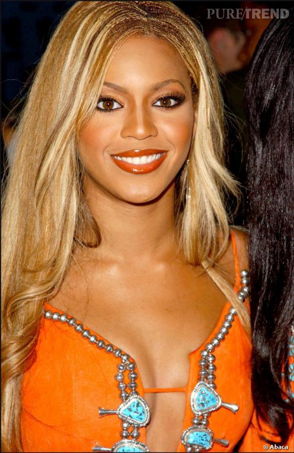 De plus en plus blonde, Beyoncé casse le côté volumineux de sa nature de cheveux en tressant les racines.