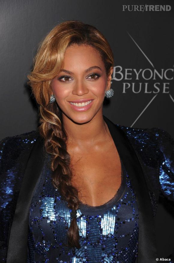 Beyoncé casse sa maxi-tresse sage en la portant sur une épaule et on la twistant avec une couleur Tie & Dye inversée.
