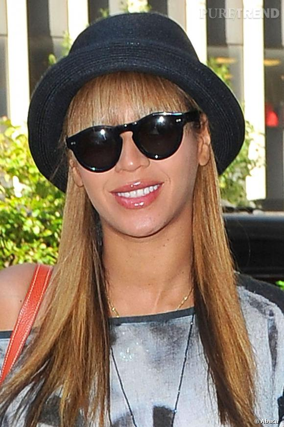 À la pointe du style vestimentaire et capillaire, Beyoncé n'hésite pas à habiller ses longueurs lisses d'un charmant petit chapeau.